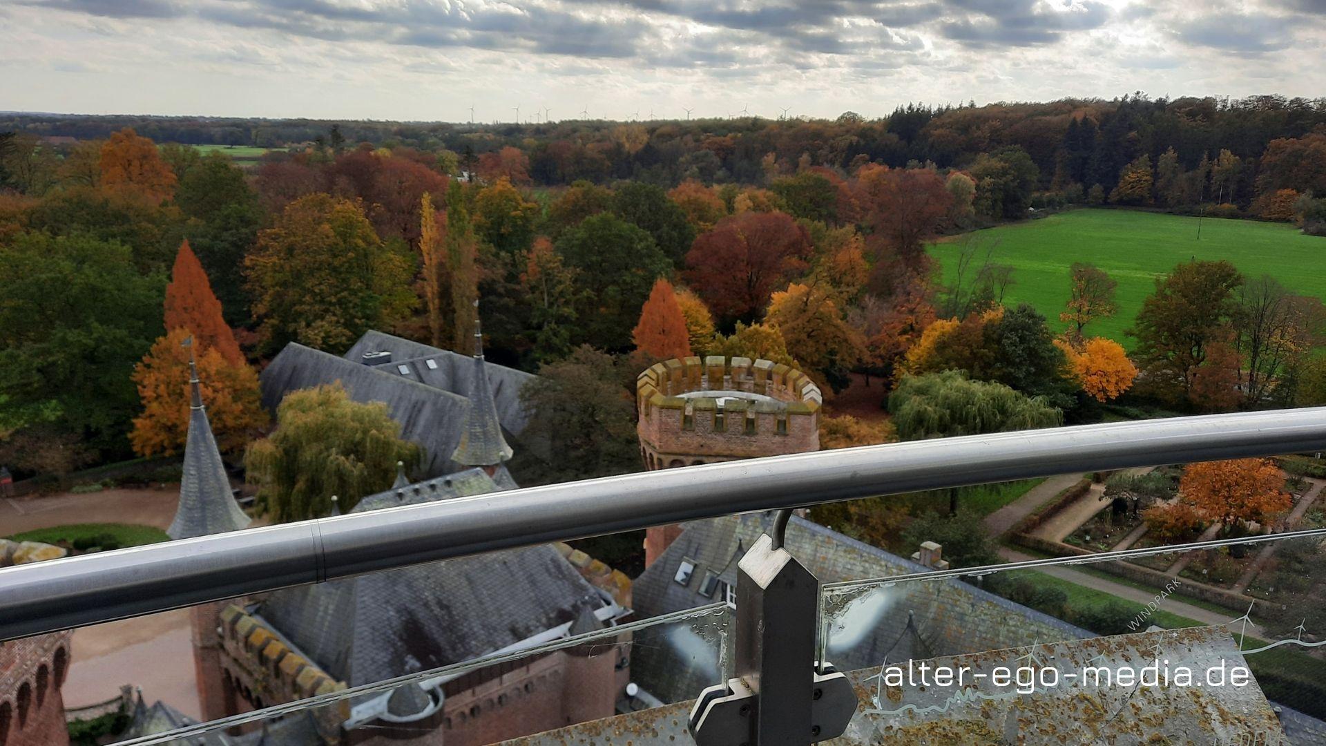 Вид на парк и крышу замка Мойланд с обзорной площадки башни