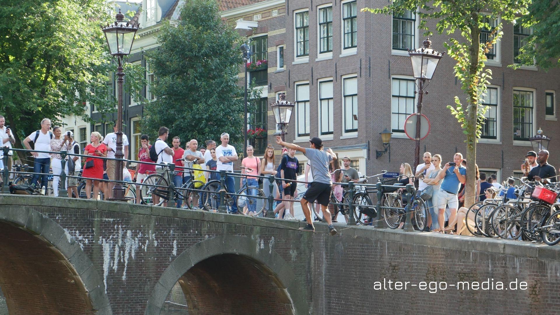 Амстердам каналы и туристы
